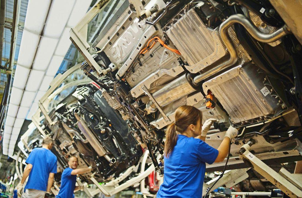 Mitarbeiter im Wolfsburger VW-Werk: Autohersteller sind klassische Schichtbetriebe. Foto: dpa