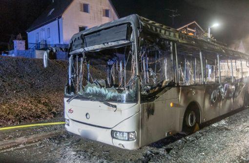 Bus  ausgebrannt –  Fahrgäste gehen, bevor Polizei kommt