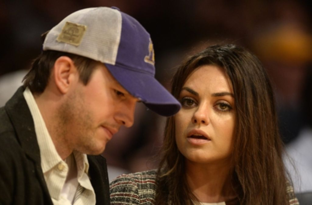 Ashton Kutcher und Mila Kunis als Zuschauer beim Basketball.  Foto: dpa