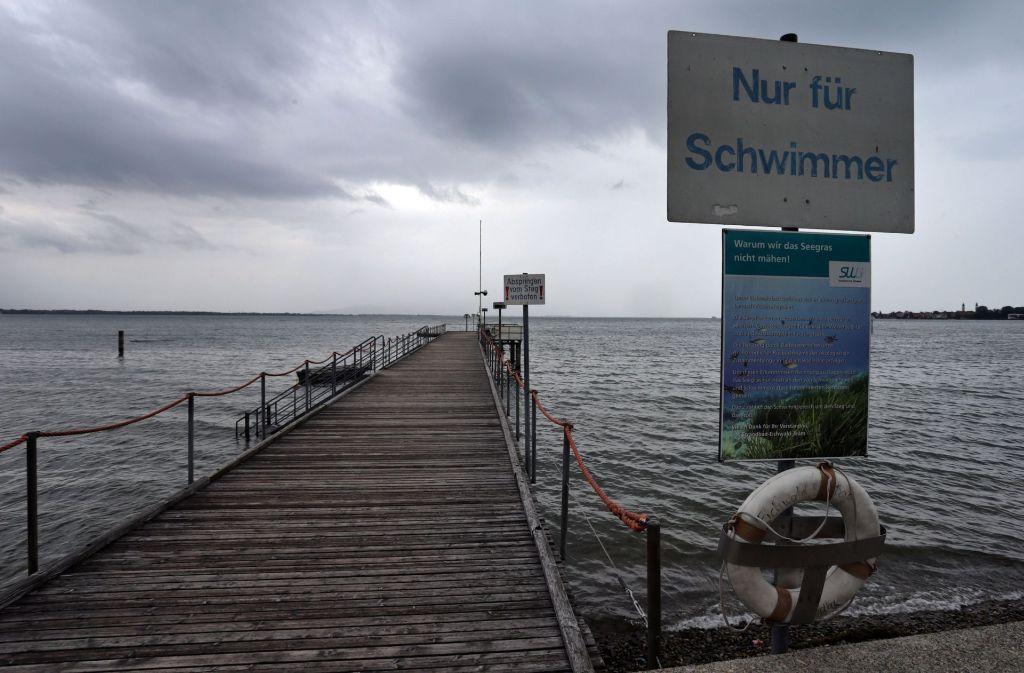 Ein Steg des Strandbades Eichwald bei Lindau. Die Stadt Lindau will an der Stelle des Strandbades eine Thermenwelt errichten lassen. Foto: dpa