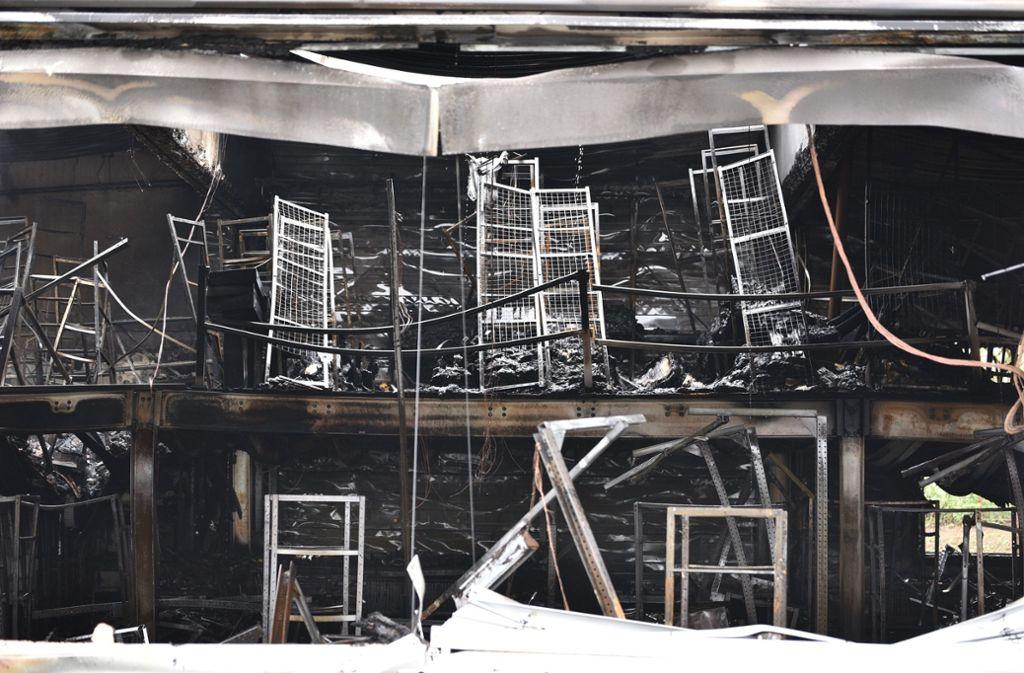 Ein Bild der Zerstörung: In Schorndorf ist in der Nacht auf Dienstag eine Lager- und Produktionshalle abgebrannt. Foto: SDMG