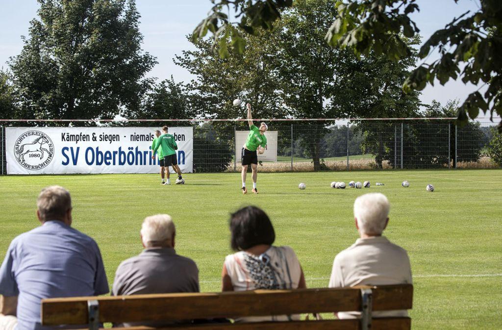Konzentrierte Ruhe: Nur ein paar  Zaungäste verfolgen die letzten WM- Vorbereitungen der deutschen Faustballer in Oberböhringen.Foto: Horst Rudel Foto: