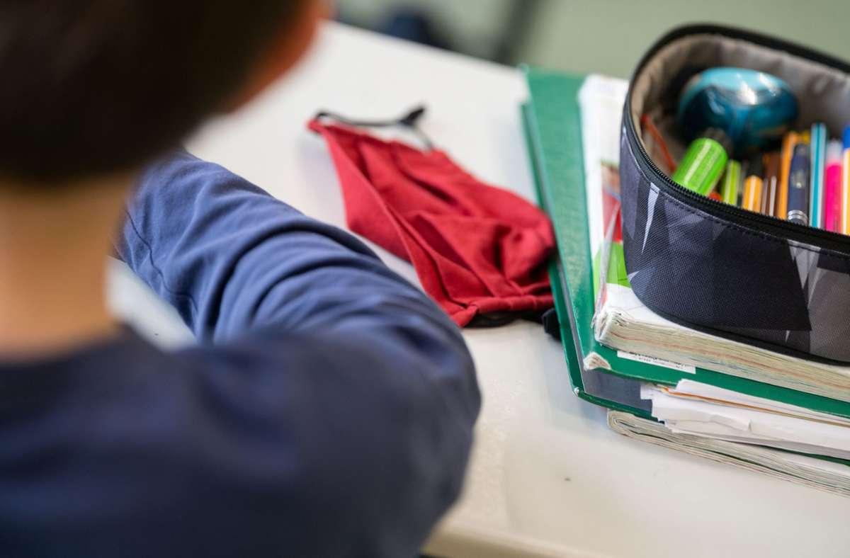 Maske auf! Fenster auf! Da wird es schnell kalt im Klassenzimmer. Foto: dpa/Marijan Murat