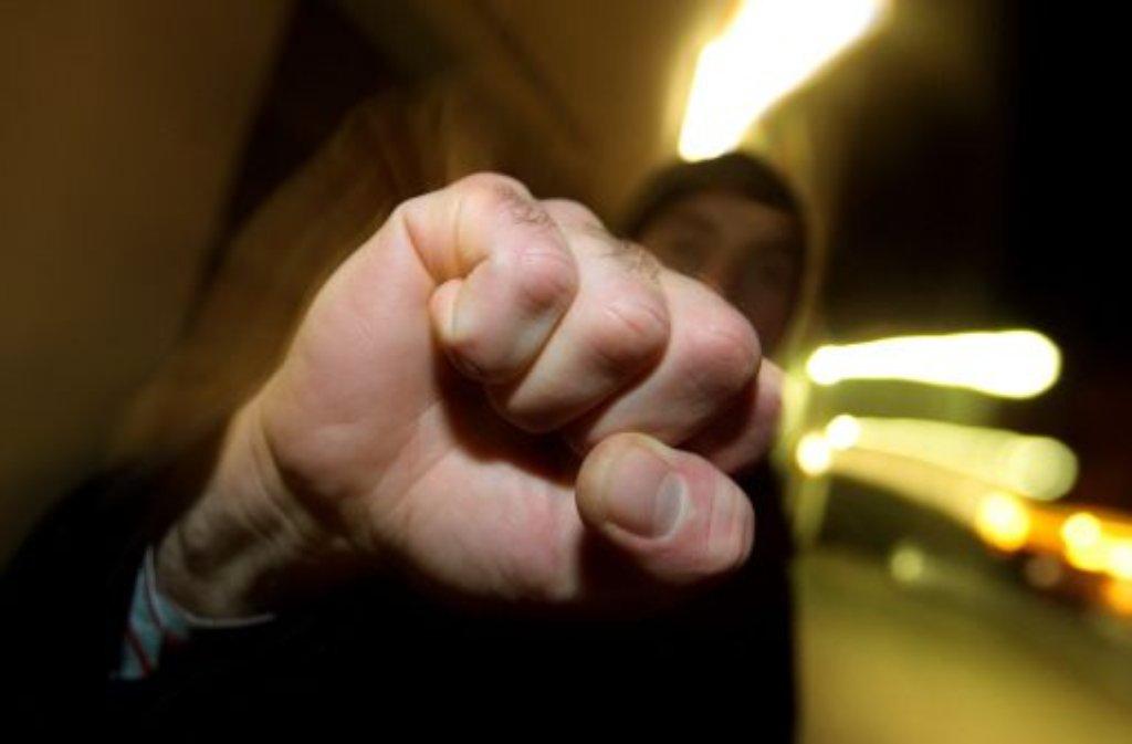 Ein 70-Jähriger wird von einer Gruppe junger Männer angegriffen, niedergeschlagen und beraubt. (Symbolbild) Foto: dpa