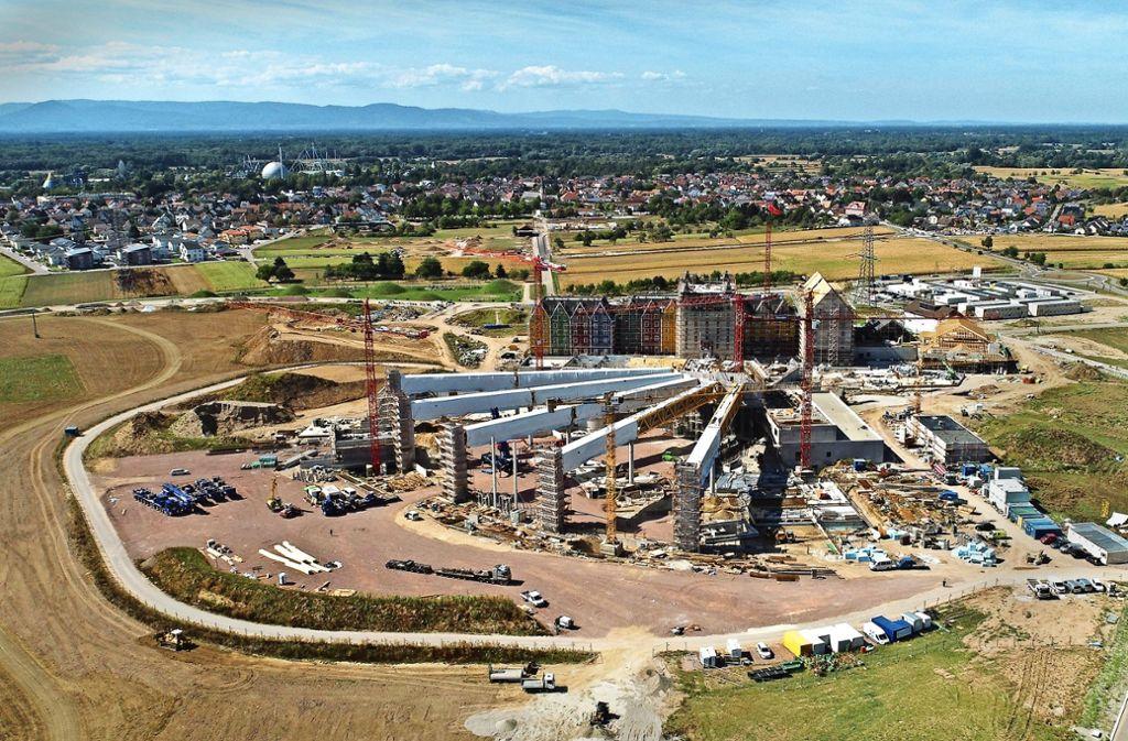 Seit 2016 wird auf der Rulantica-Baustelle östlich von Rust gearbeitet. Der Europapark selbst liegt auf der anderen Seite des Ortes. Foto: Europapark Rust