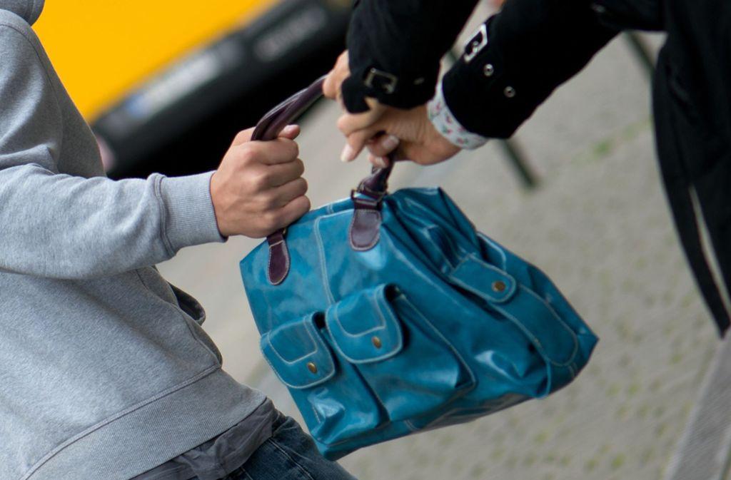 Der Räuber hat sich der Frau von hinten genährt und ihr die Tasche aus der Hand gerissen (Symbolbild). Foto: dpa/Arno Burgi