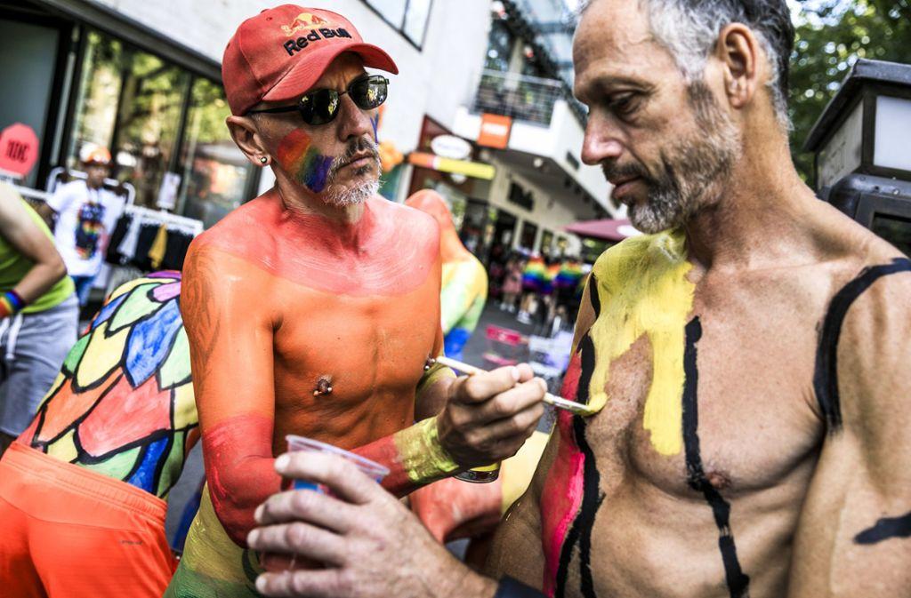 Body Painter bereiten sich auf den Umzug in Berlin vor. Foto: Getty Images