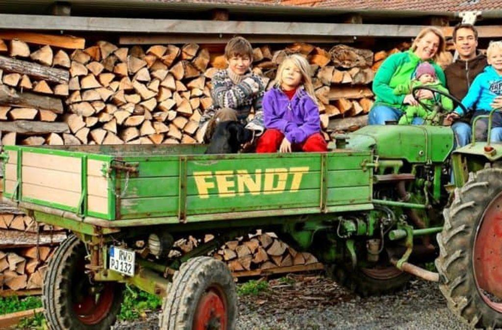 Das zweite Leben des Maschinenbauers: Dominik Jauch mit Familie auf seinem Biohof. Foto: Angelika Stehle