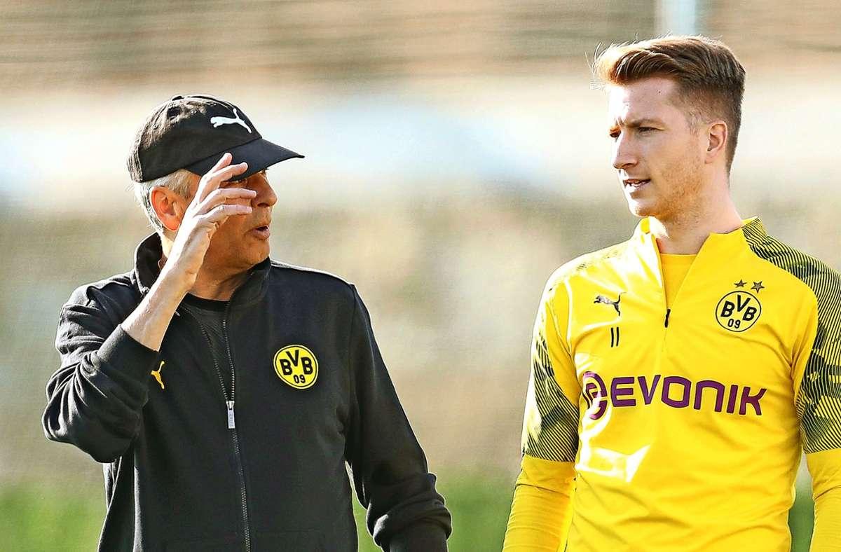 Marco Reus (rechts) und sein Trainer Lucien Favre verstehen sich offenbar sehr gut. Foto: dpa/Friso Gentsch