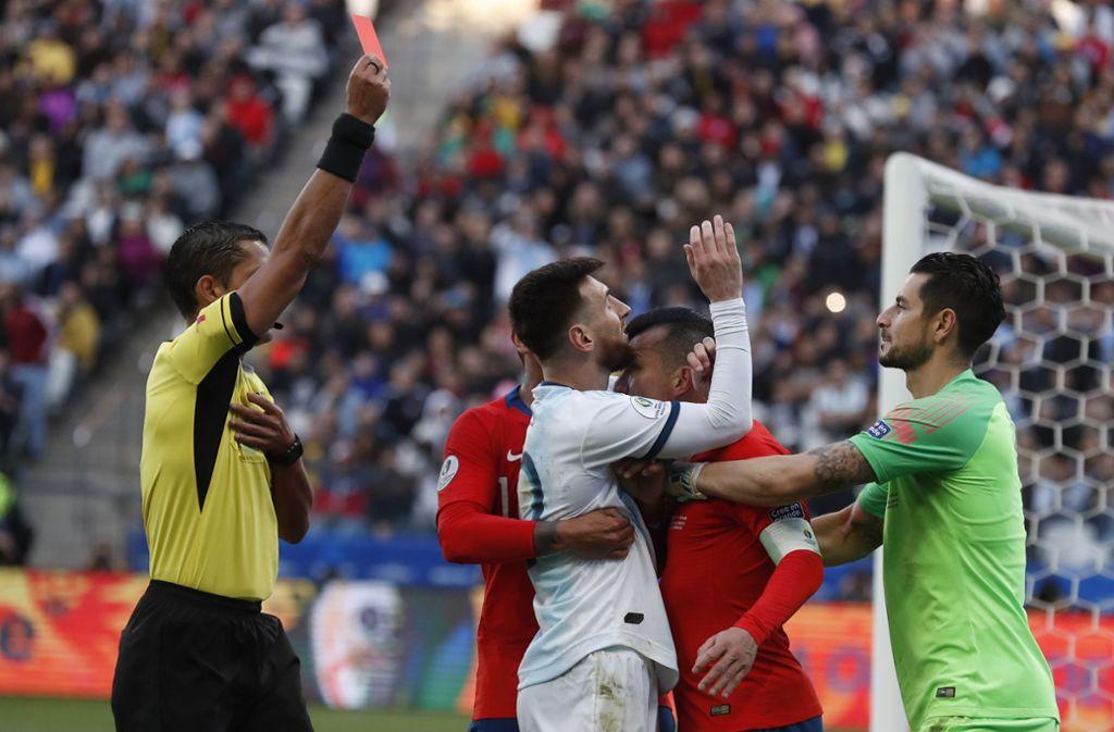 Lionel Messi konnte sich nach seiner Roten Karte nicht beruhigen. Foto: Victor R. Caivano/AP/dpa