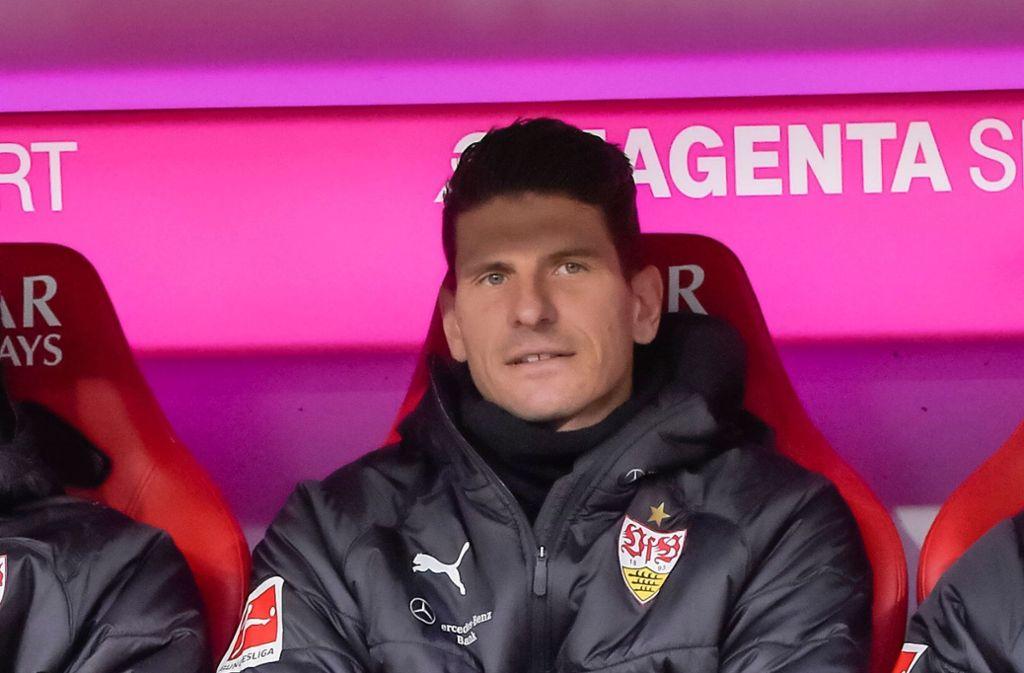 Mario Gomez vom VfB Stuttgart musste im Spiel gegen den FC Bayern München zunächst auf der Bank Platz nehmen. Foto: AFP