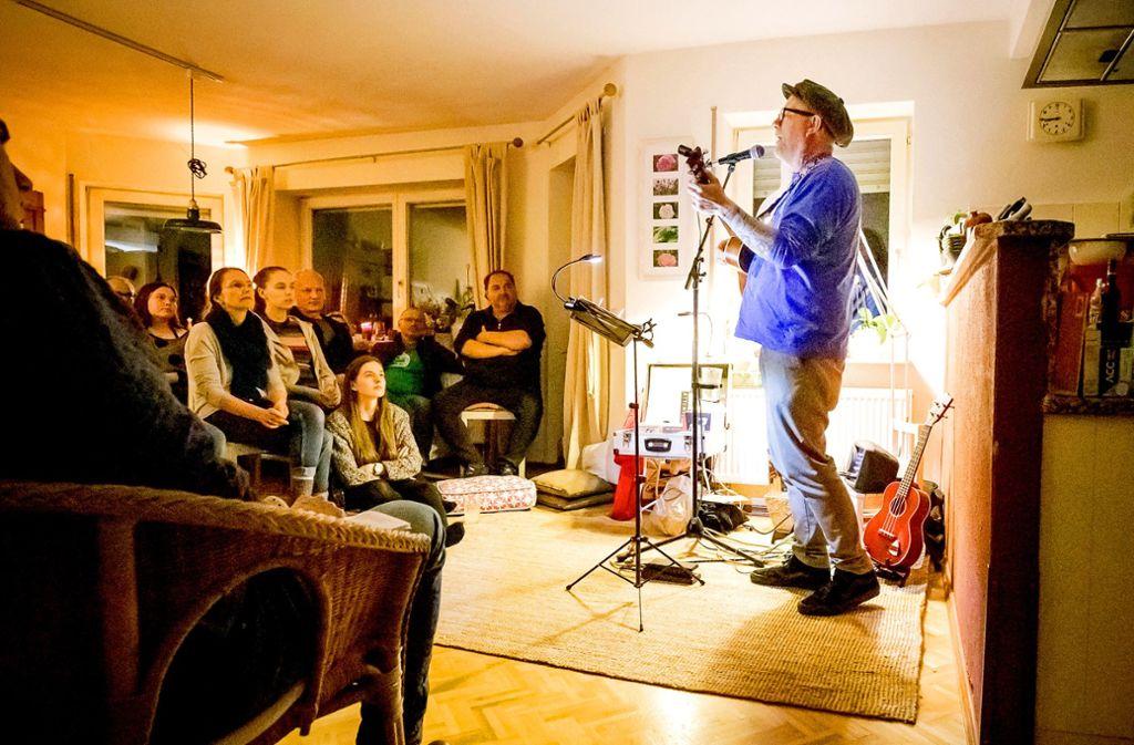 Puschen statt Pogo: Für Kent Nielsen ist es bereits der zweite Auftritt im 5G's Dining Room Foto: Jan Potente