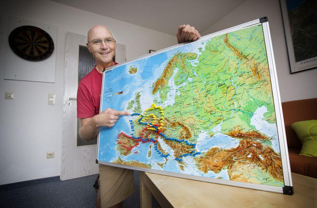 Noch reicht Andreas Laß die Europakarte, um den Tourenverlauf mit farbigen Stiften abzustecken. Foto: Horst Rudel