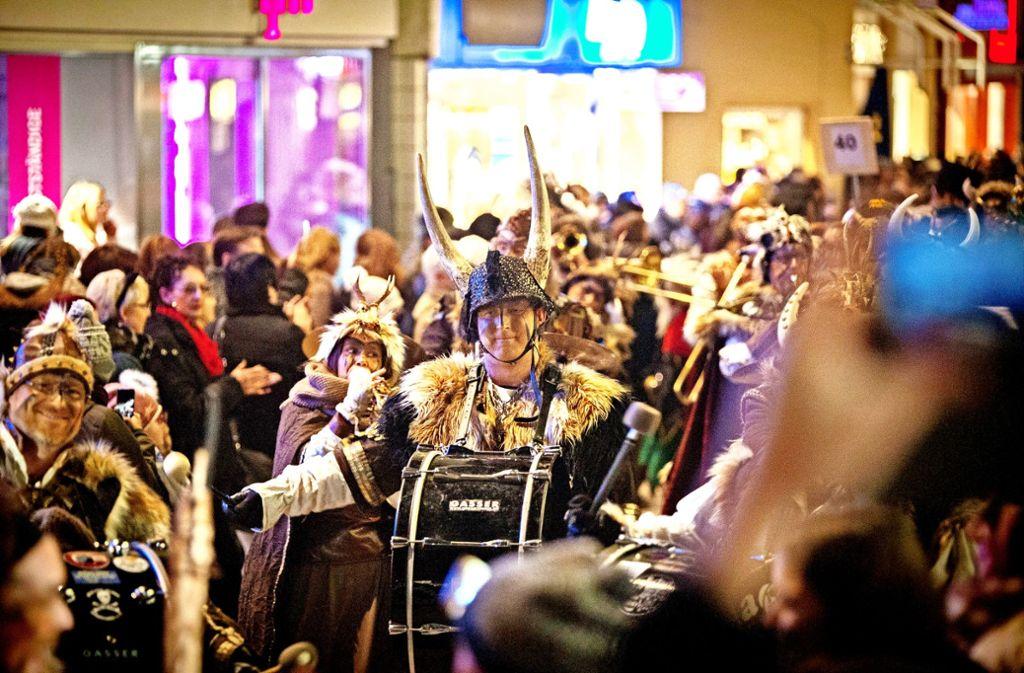 2500 Hästräger und Guggenmusiker ziehen beim Nachtnarrensprung durch Göppingen. Foto: Steinert