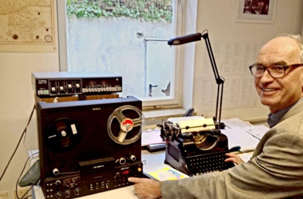 Es gibt sie noch, die Abspielgeräte für die Dialekt-Tonbänder –  Professor Hubert Klausmann bringt ihre  Digitalisierung voran. Foto: Petersen