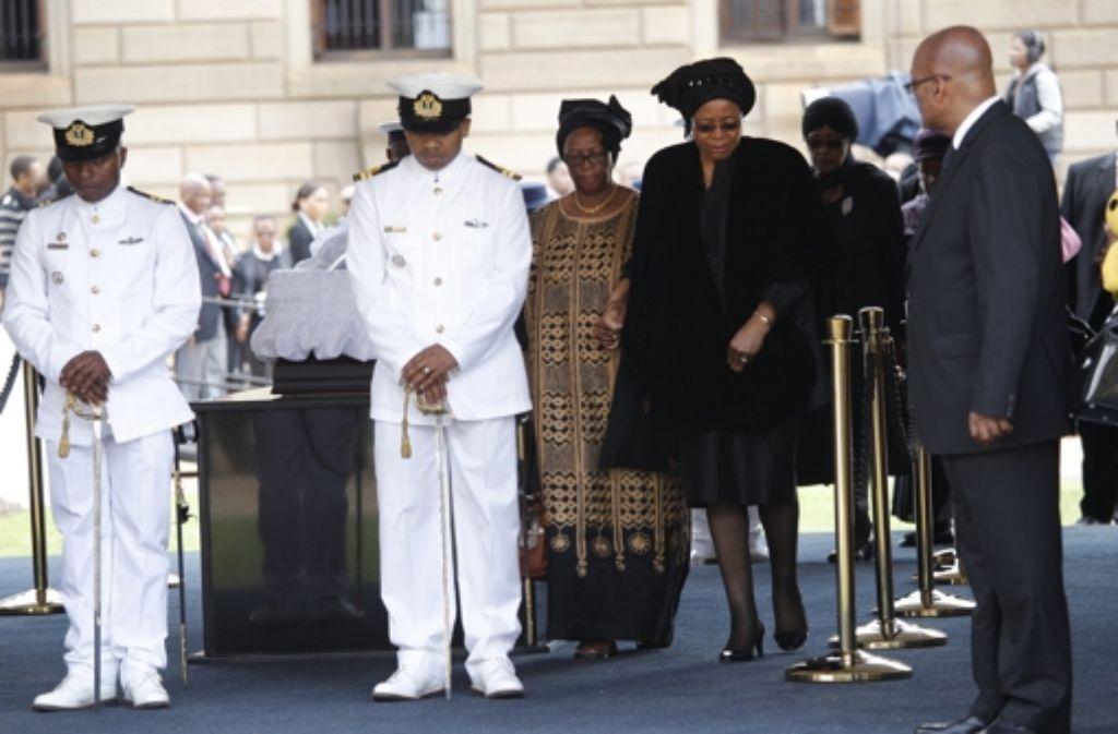 Abschied von Nelson Mandela in Pretoria: Als erste trat seine Witwe Graça Machel an den offenen Sarg. Foto: dpa
