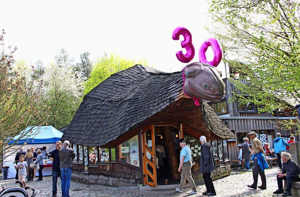 """Der """"Stammheimosaurus"""" hat gut lachen und grinst breit. Jung und Alt  kamen am Wochenende zur 30-Jahr-Feier ins Kinder- und Jugendhaus Stammheim. Foto:"""