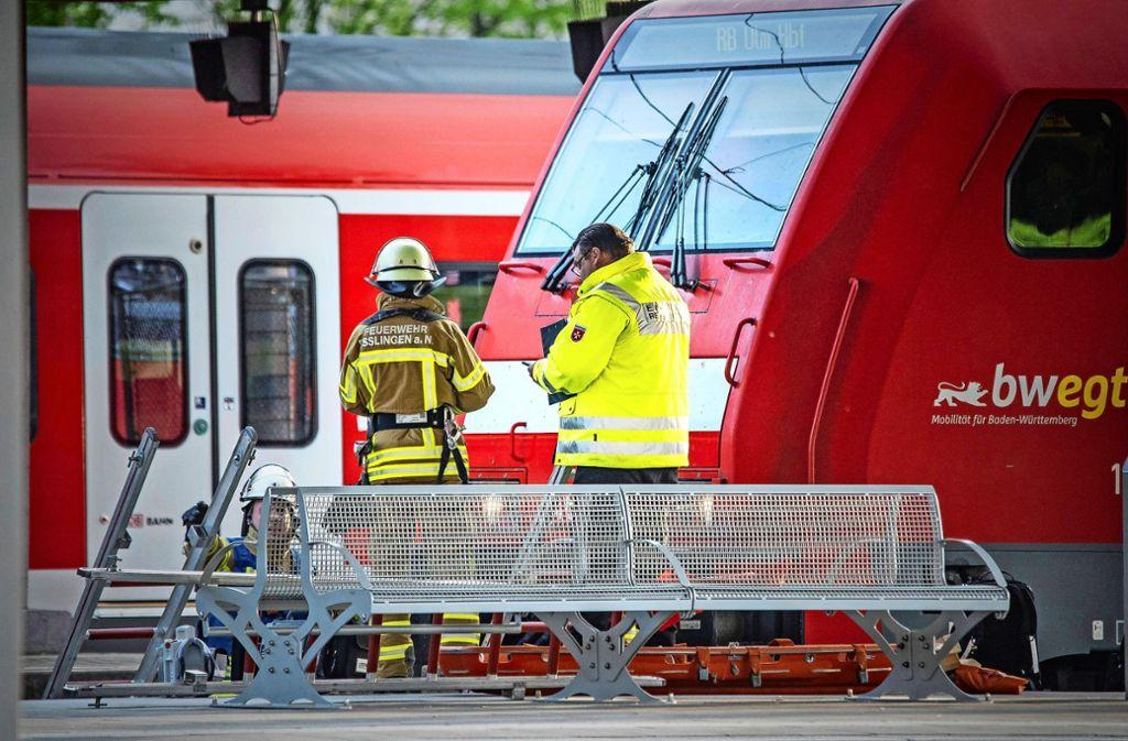 Die Feuerwehr Esslingen hat den schwerstverletzten Mann geborgen. Foto: 7aktuell