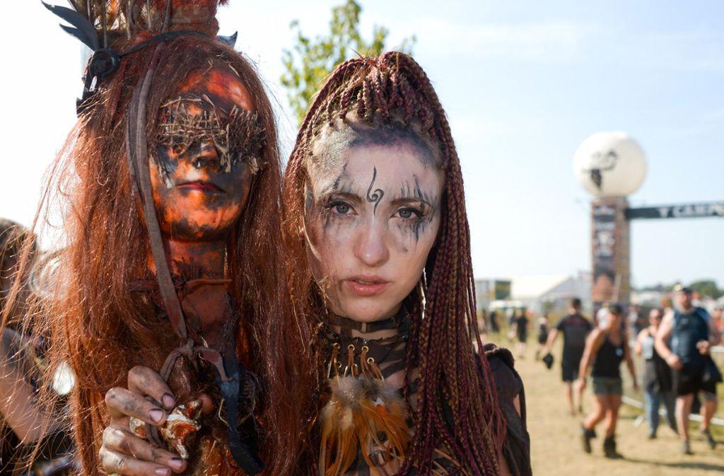 Schön und bizarr zugleich: zwei Besucherinnen des Wacken Open Air. Foto: dpa