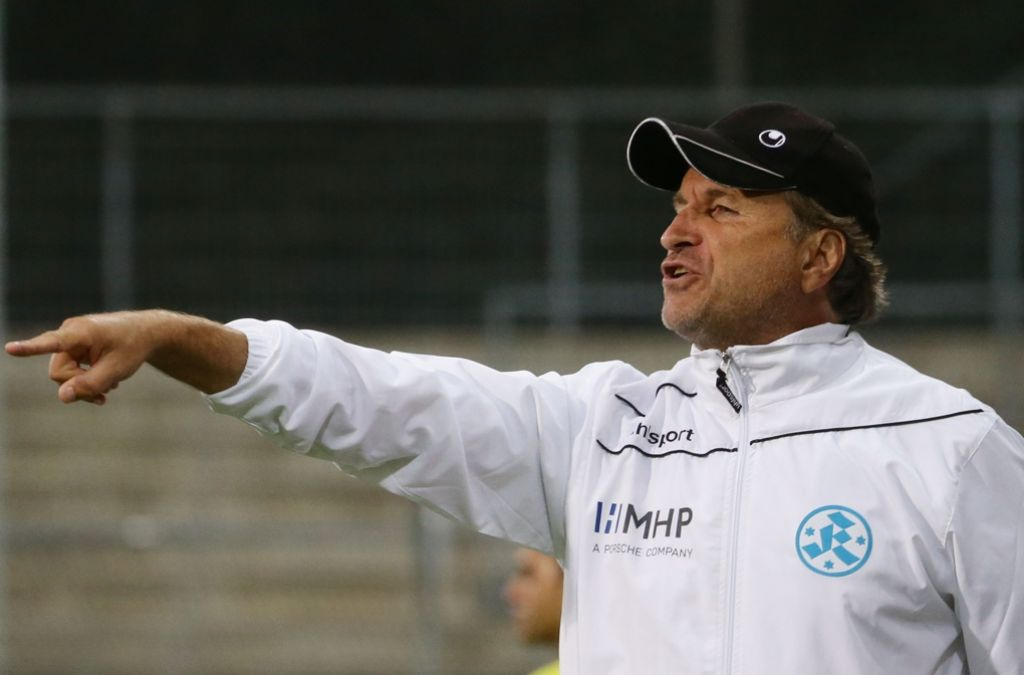 Kickers-Trainer Alfred Kaminski gibt Spielrausrichtung vor: nach vorne Foto: Baumann