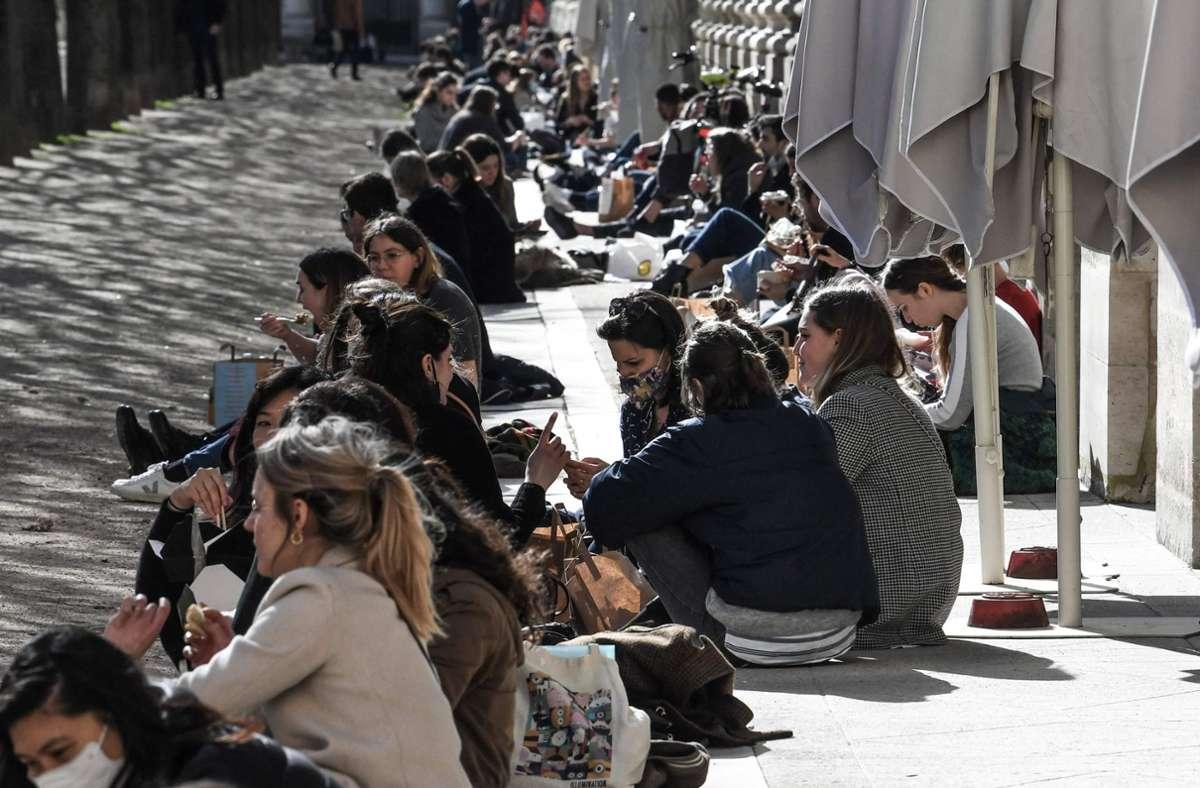 Am ersten warmen Wochenende des Jahres strömten die Pariser auf Plätze und Straßen. Die Coronaregeln wurden dabei allerdings nicht immer eingehalten. Foto: AFP/ALAIN JOCARD