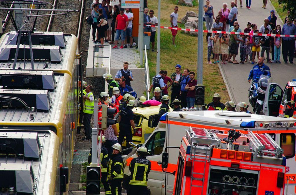 Gaffer, die Rettungsarbeiten erschweren oder auf der Jagd nach dramatischen Fotos sind, werden immer mehr zu einem Ärgernis. Foto: Fotoagentur-Stuttgart