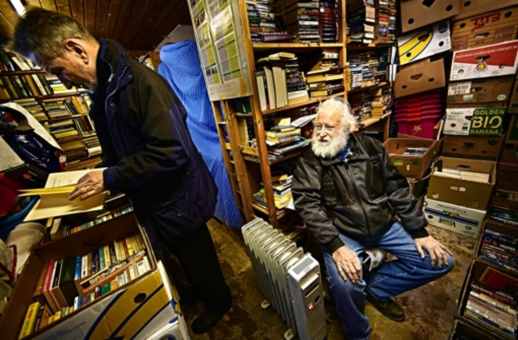 Gut 20000 englischsprachige Bücher, schätzt Müller, liegen in den Regalen seines Ladens. Weitere 20000, so fürchtet er, lagern unausgepackt in den Kisten. Foto: Heinz Heiss