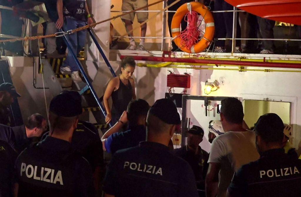 Carola Rackete geht in der Nacht auf Samstag in Lampedusa von Bord der Sea Watch 3. Foto: AFP