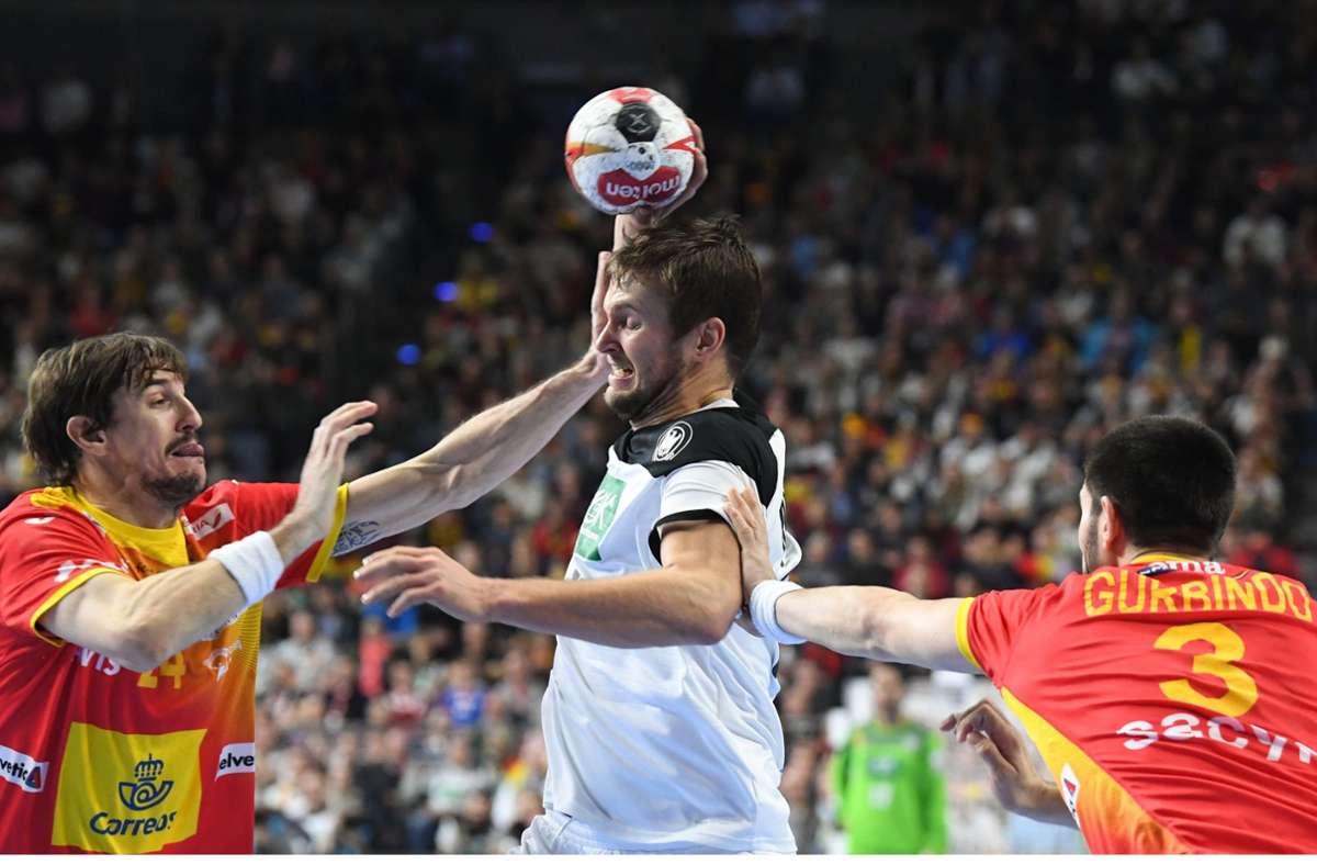 Fabian Böhm (Mi.) gegen die Spanier  Viran Morros (l.) und Eduardo Gurbindo im WM-Hauptrundenspiel 2019, das Deutschland mit 31:30 gewann. Foto: dpa/Federico Gambarini