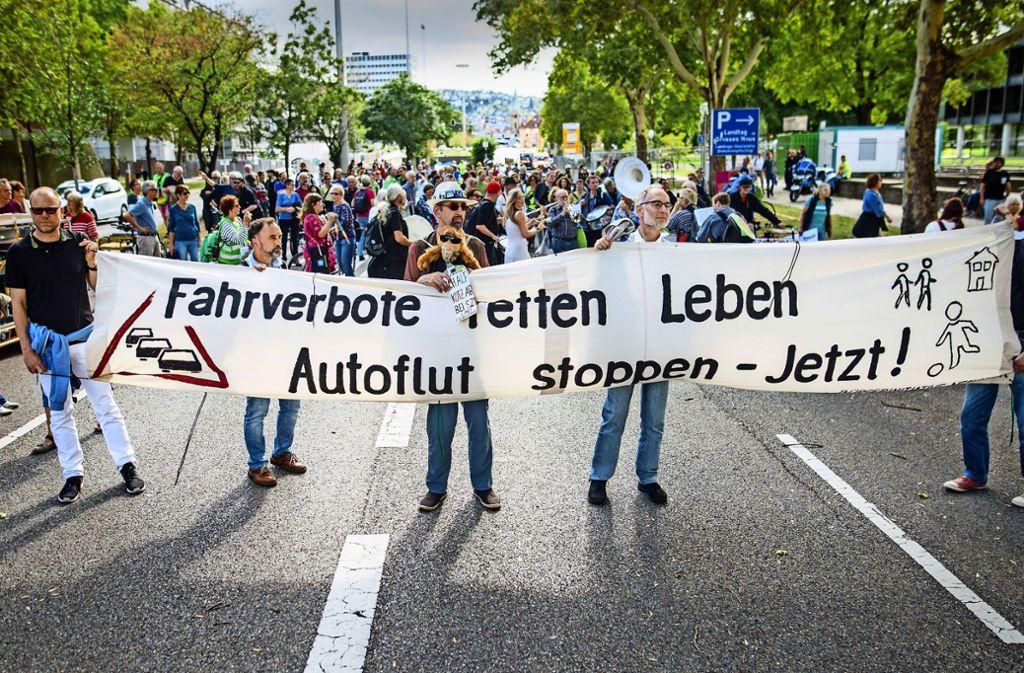 Am Sonntag gehörte die Hälfte der B14 den Fußgängern. Foto: Lg/Christoph Schmidt