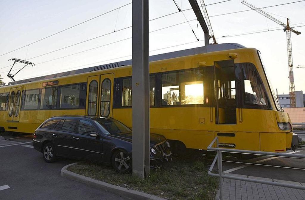 Ein Mercedesfahrer ist am Samstagabend mit einer Stadtbahn in Stuttgart-Vaihingen im Gewerbegebiet Am Wallgraben kollidiert. Foto: 7aktuell/Oskar Eyb