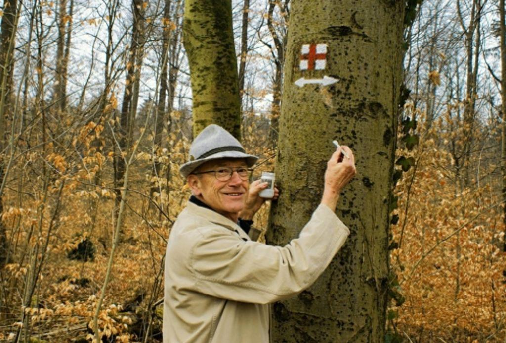 Rainer Hertneck, Wegwart der Ortsgruppe Vaihingen des Schwäbischen Albvereins,  hat in Rohr und Vaihingen Strecken neu ausgewiesen. Foto: Stefanie Käfferlein