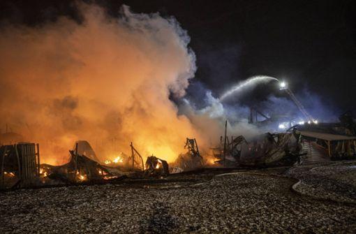 Brand in ehemaliger Tennishalle verursacht Millionenschaden