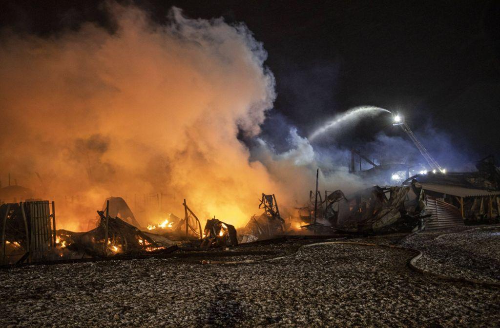 Das Gebäude eines Tierfutter-Vertriebs in Meßstetten wurde bei dem Brand komplett zerstört. Foto: 7aktuell.de/Simon Adomat