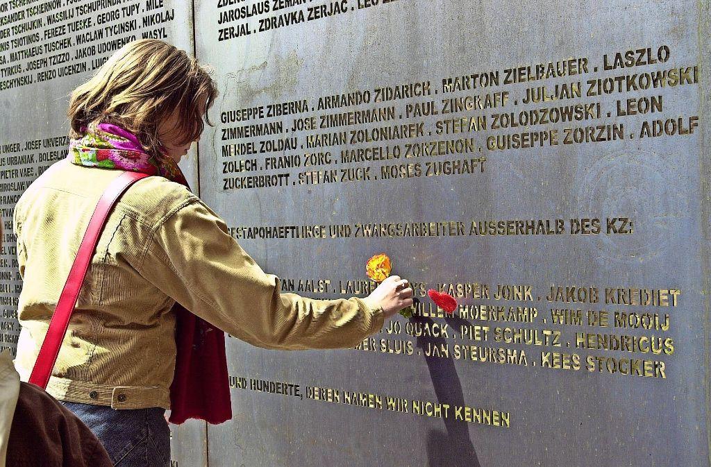 Auch eine Tafel mit den  Namen der    Inhaftierten erinnert vor der Gedenkstätte im   alten Tunnel an das KZ Leonberg Foto: Archiv