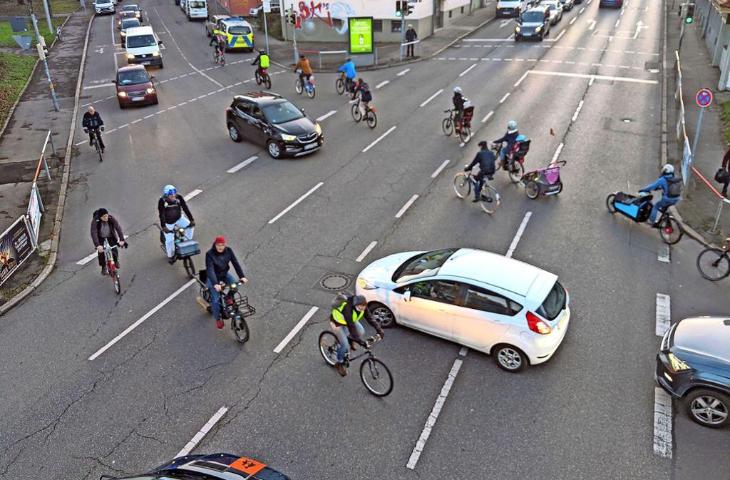 Die Kreuzung Talstraße (vierspurig) und Klingenstraße ist für Radfahrer gefährlich, für Autofahrer kompliziert. Foto: Jürgen Brand