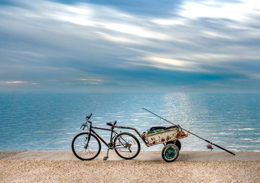 In Thessaloniki in Griechenland hat ein Fischer sein Transportmittel am Hafen geparkt. podílato leitet sich vom griechischen podos (Fuß) ab und zergeht so fließend und weich auf der Zunge wie der landestypische Joghurt.
