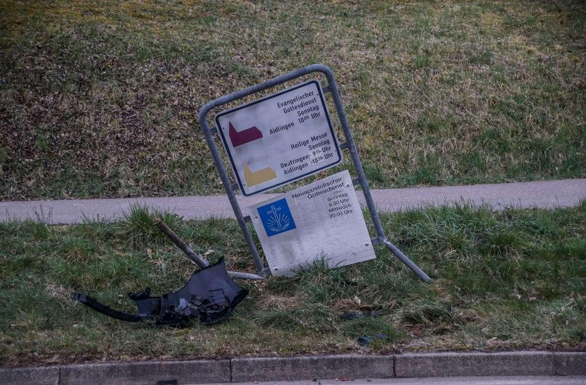 Bei dem Unfall wurden neben dem Auto mehrere Schilder beschädigt. Foto: SDMG/Dettenmeyer