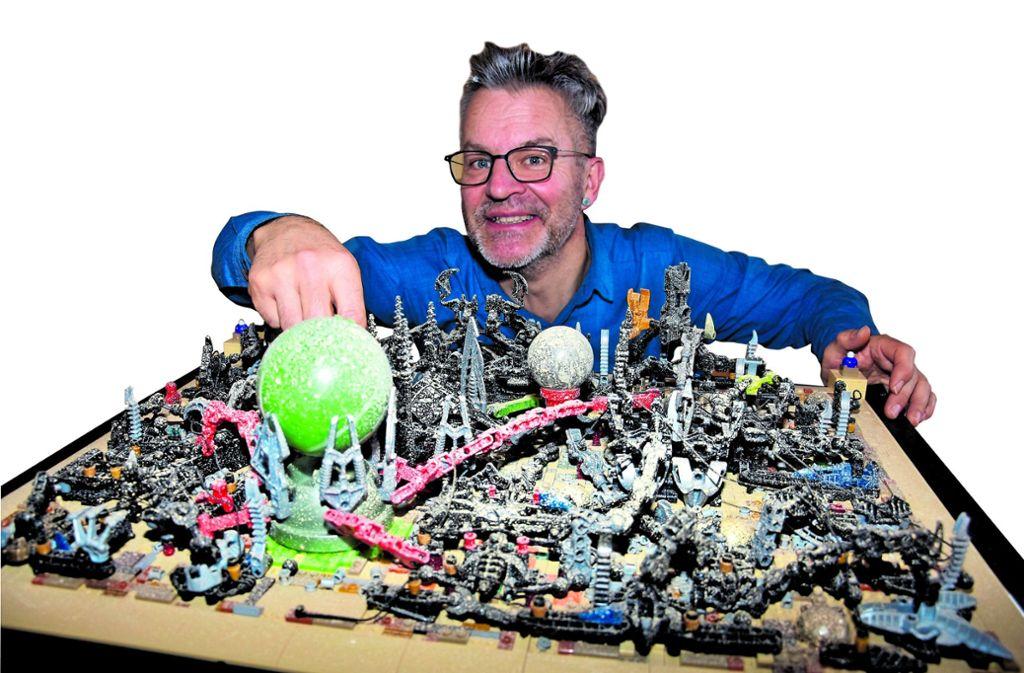 Lego-Fan Andreas Reikowski vor seiner Wüstenstadt. Foto: