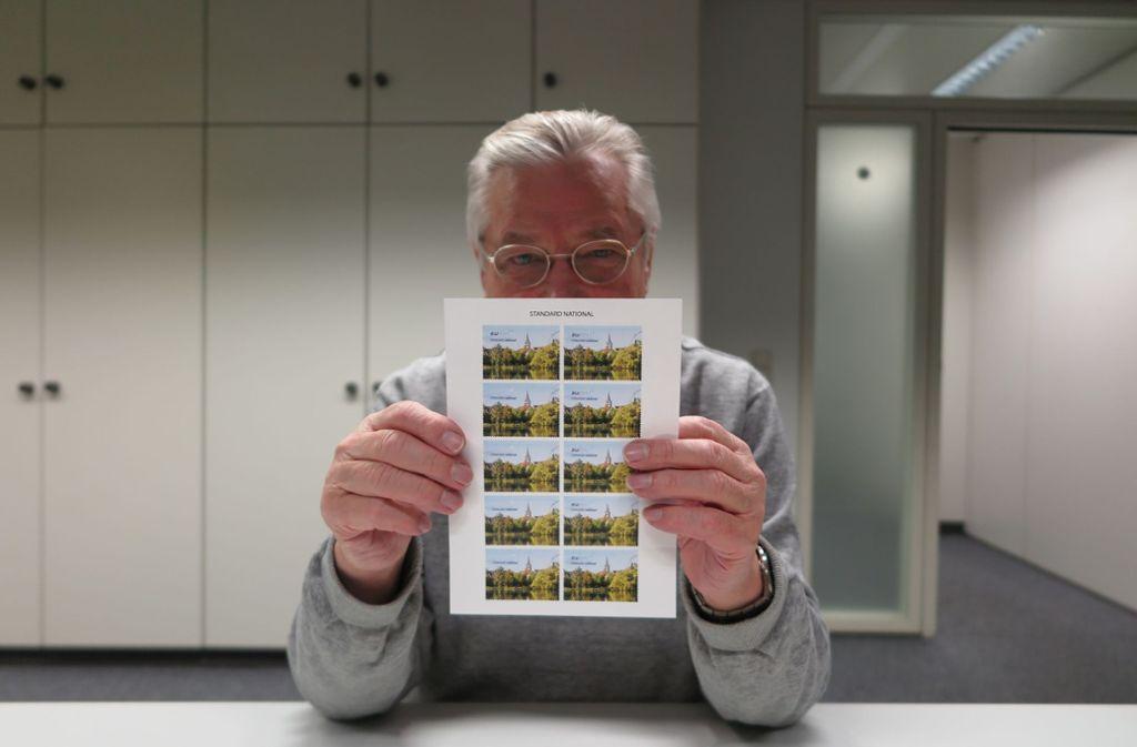 Siegfried Mistele mit einem Bogen, bei dem auf  vier Marken das  BW-Post-Zeichen fehlt Foto: Florian Gann