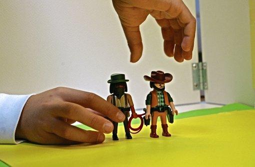 Kinder erwecken Spielzeugfiguren zum Leben