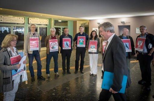 Die Winkraftgegner stehen Spalier für den Regionalpräsidenten Thomas Bopp. Foto: Lichtgut/Achim Zweygarth