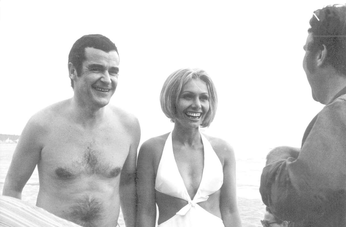 """Ein Bild aus alten Zeiten: Die deutschen """"Aufklärungspioniere"""" Oswalt Kolle (l) und Ruth Gassmann 1969 im französischen Cannes. Foto: dpa/dpa"""