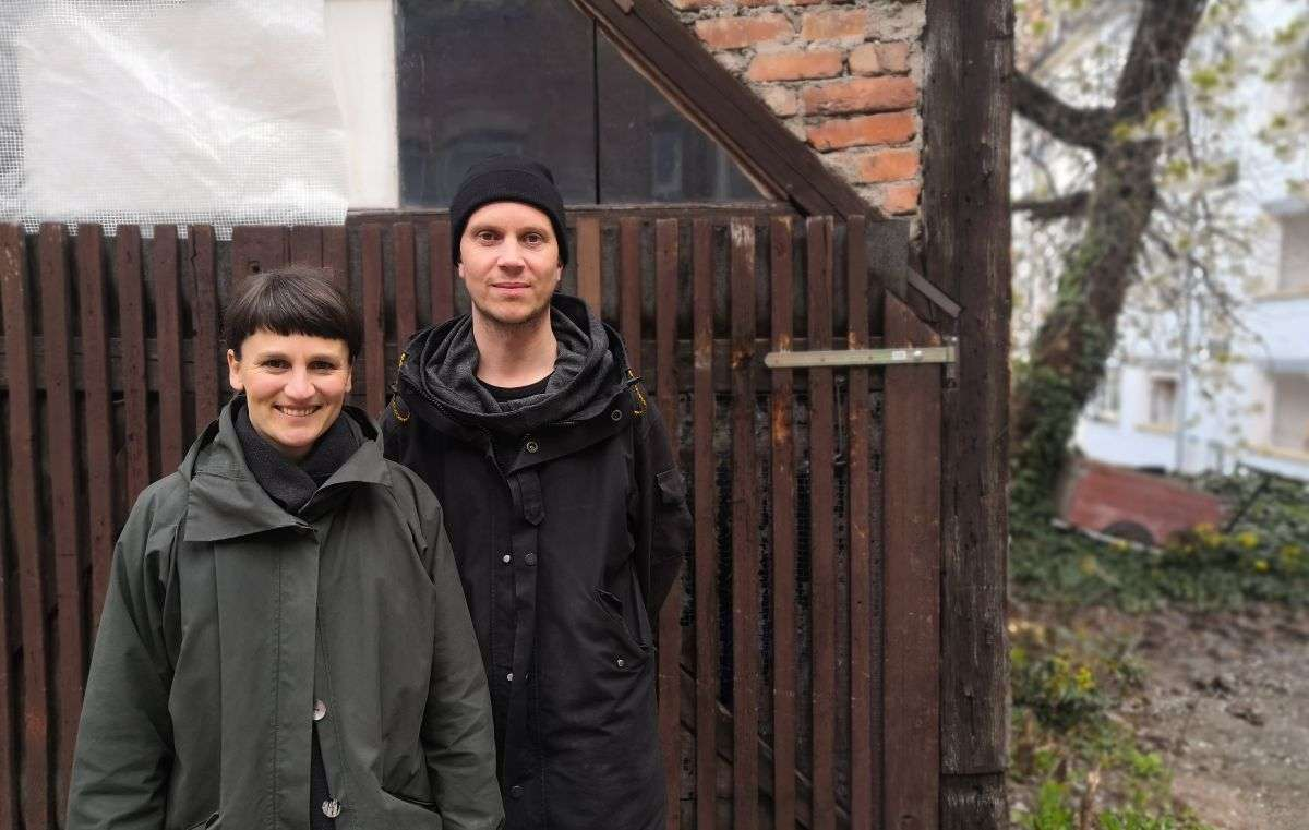 Johanna Nocke und Fabian Stuhlinger im Hinterhof ihres Wandel.Handels. Foto: Björn Springorum