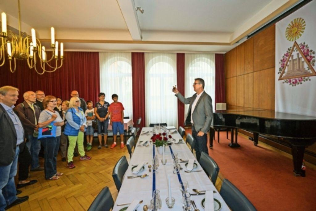 Andreas Hoffmann  zeigt den Besuchern am Tag des offenen Denkmals die Tischmanieren in der Ludwigsburger Freimaurer-Loge. Foto: factum/Weise