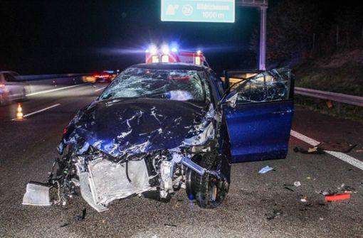 Auto überschlägt sich mehrfach auf der A81 - Fahrer schwer verletzt