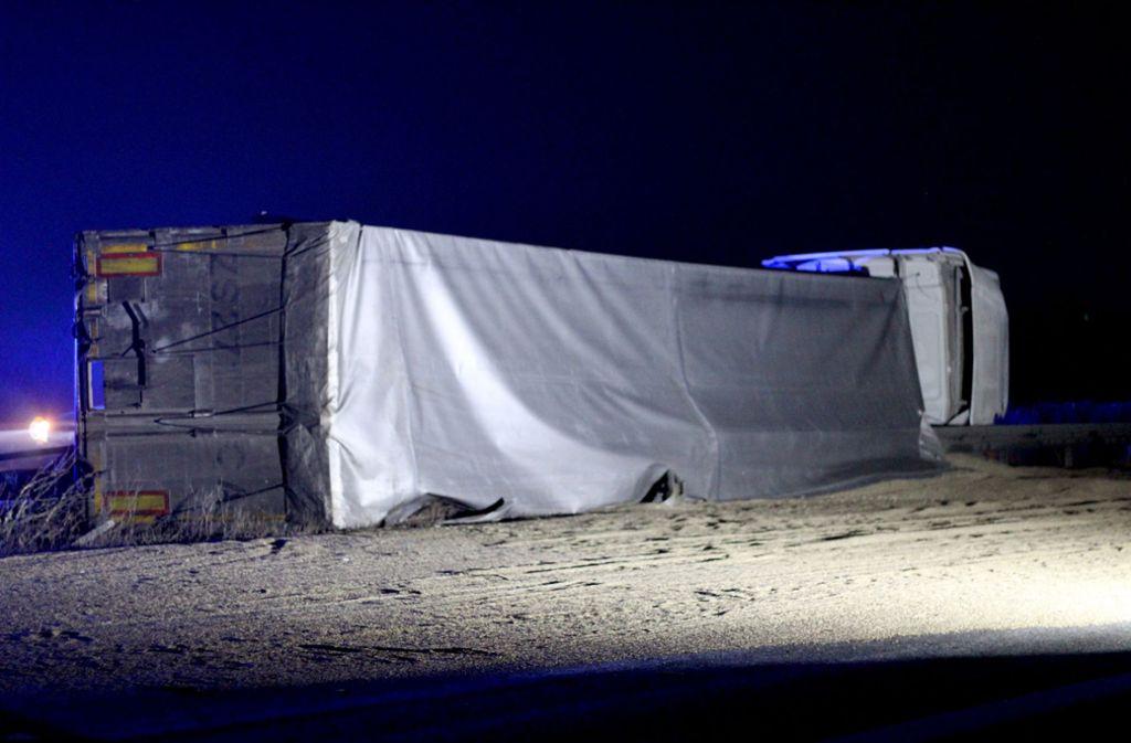 Nachdem ein Vorderreifen des Lkws geplatzt war, verlor der Fahrer die Kontrolle über den Sattelzug. Foto: Rene Engmann