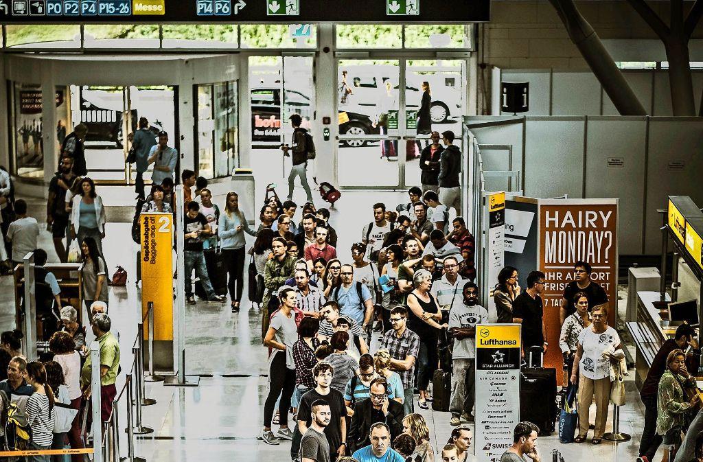 Reisende am Flughafen – wer erst in den Ferien startet, zahlt zumeist mehr. Foto: Lg/Piechowski