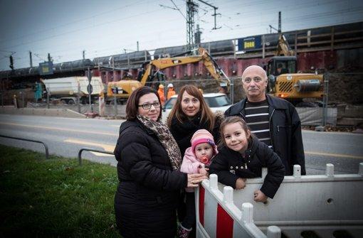 Martha Katsaridou (links) mit ihrer Schwester Christina, ihrer Nichte Georgia, ihrer Tochter Panajiota und ihrem Vater Minas. Foto: Lichtgut/Achim Zweygarth