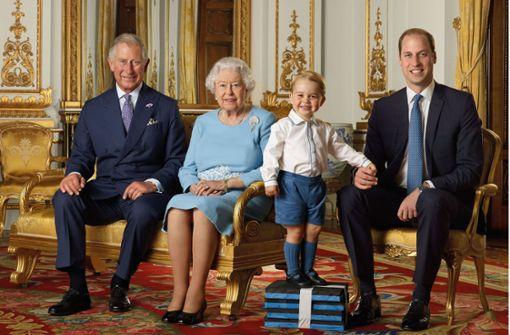 Die Queen mit Thronfolger Nummer eins, zwei und drei
